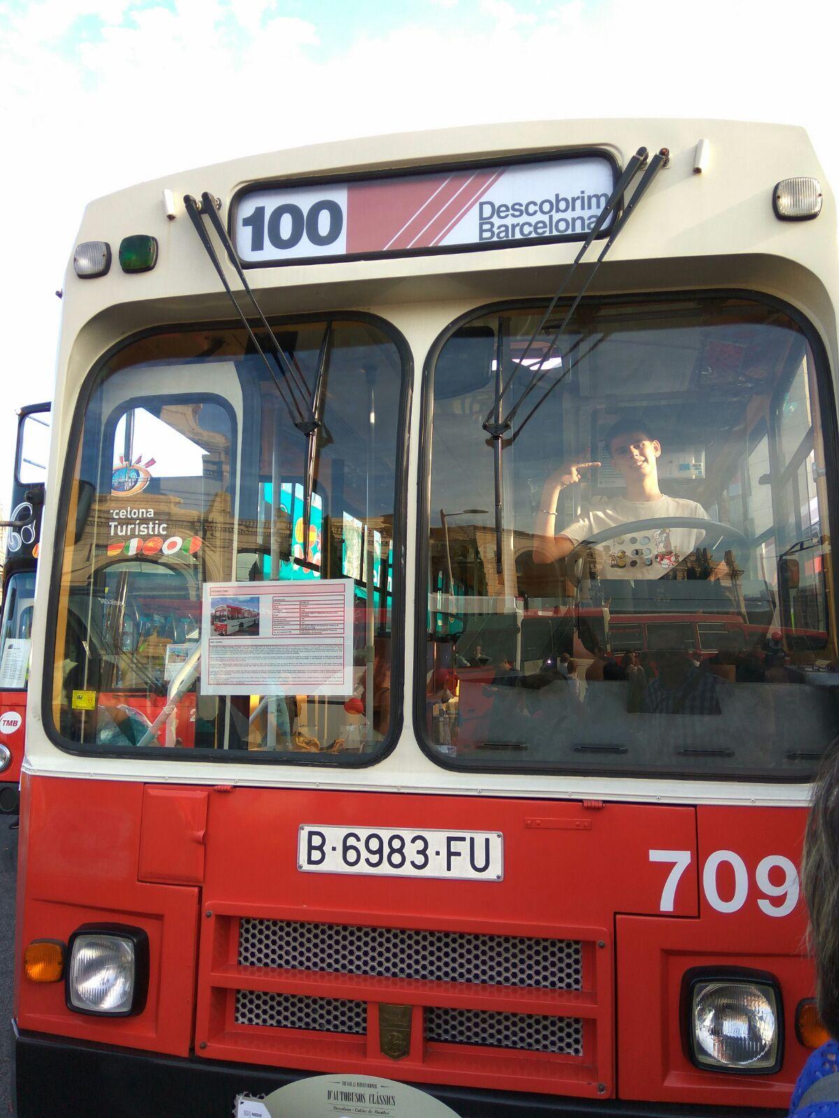 Espacio Jóvenes va la exposición de autobuses clásicos
